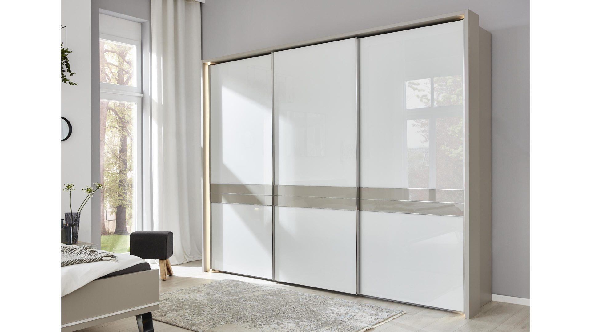 Interliving Schlafzimmer Serie 1009 Schwebeturenschrank Weisse Glas Kieselgraue Kunststoffoberflachen Drei Turen