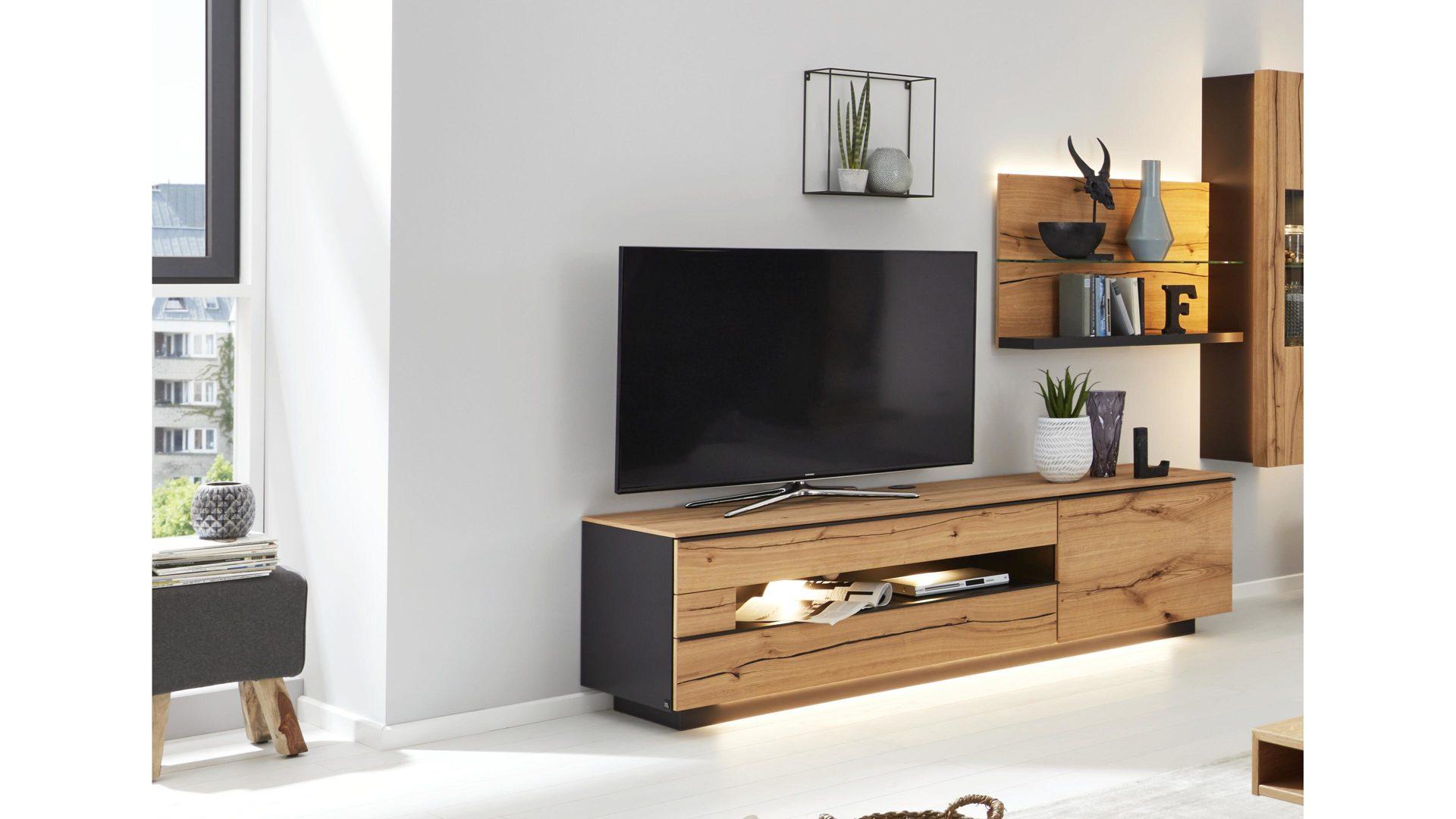Interliving Wohnzimmer Serie 2103 – Lowboard 560801, schieferschwarzer Lack  & Asteiche - eine Tür, zwei Schubladen, mit Socke
