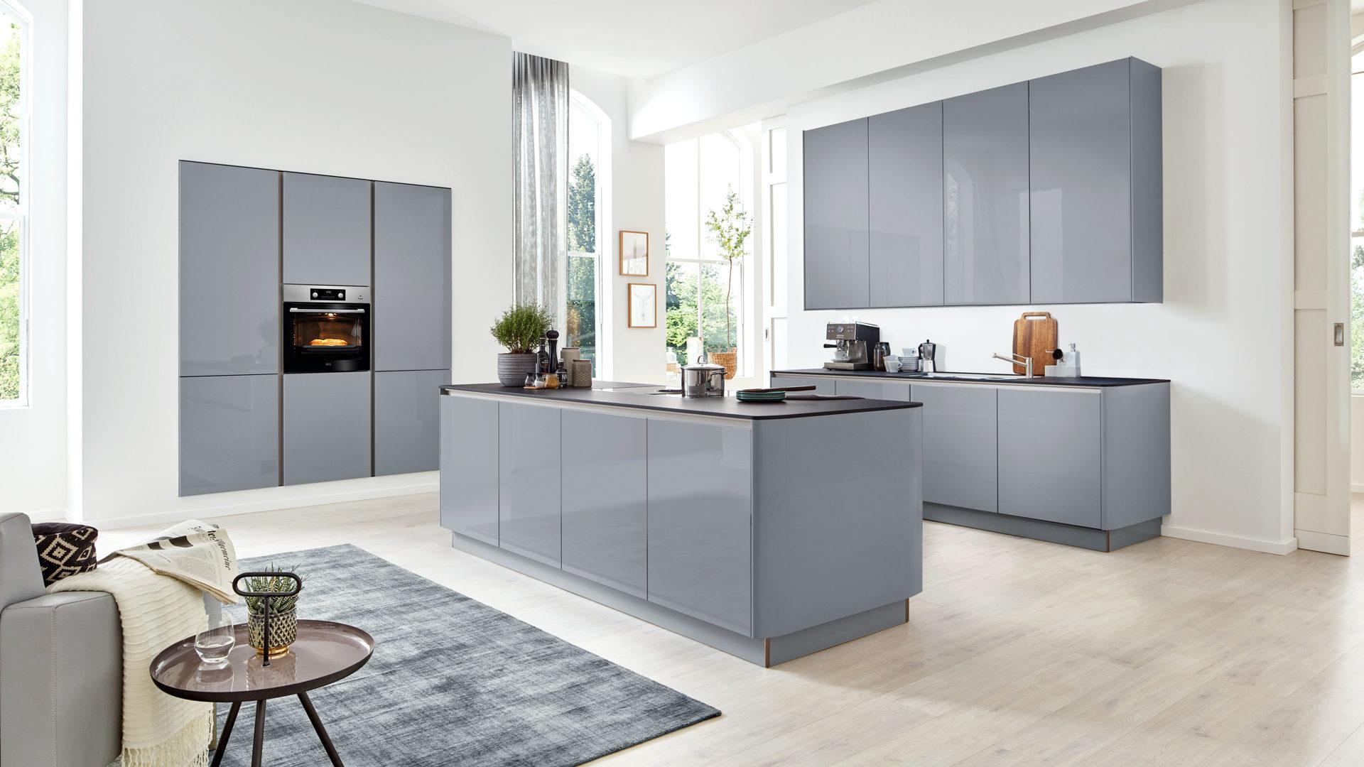 Interliving Küche Serie 3001 mit AEG Einbaugeräten, papyrusgraue  Hochglanzoberflächen – dreiteilig