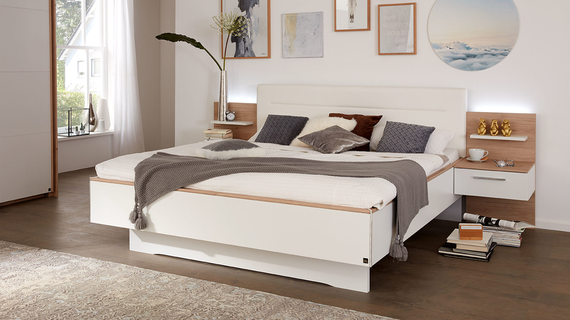 Interliving Schlafzimmer Serie 1011 – Doppelbettgestell mit Nachtkonsolen,  Jackson hickoryfarbene & weiße Kunststoffoberfläc